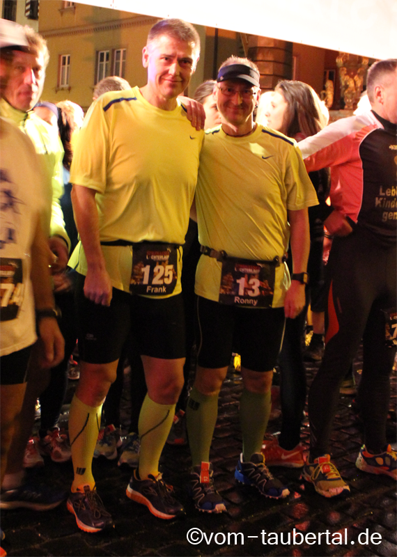 Ronny Grosser (rechts) und ich an der Startlinie beim 7. Rothenburger Lichterlauf