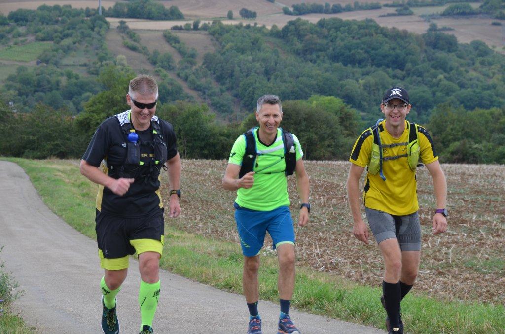 Noch lachen wir - km17,7 beim Harten Mann Extremlauf - kurz vor der Firma BASS GmbH